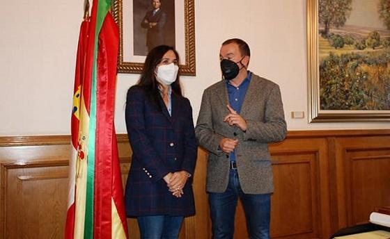 El presidente de la Diputación de Zamora, Francisco José Requejo Rodríguez y la directora de Comunicación y Asuntos Públicos de Eurona.