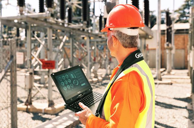 Un obrero especializado controla una instalación con un portátil de Getac.