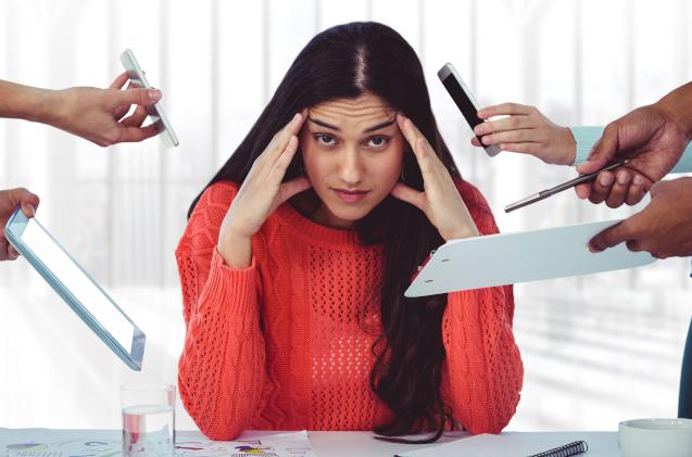 Un profesional sufre estrés en su puesto de trabajo.