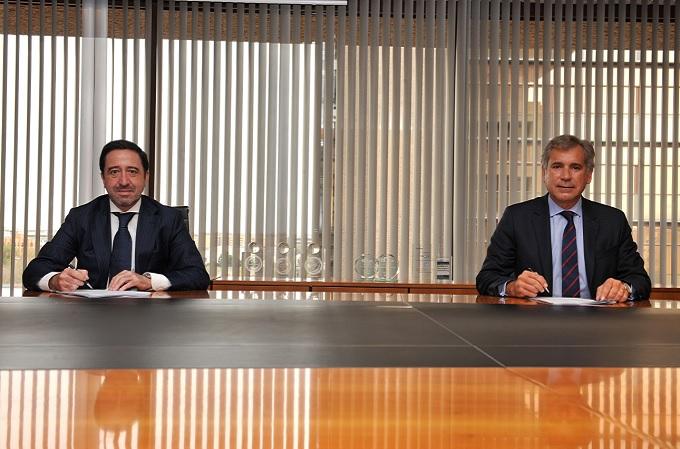 A la izquierda, Alberto del Cid -CEO de Inversis- y a la derecha, Diego López Abellán -managing director de Servicios Financieros de Accenture- durante la firma del acuerdo.