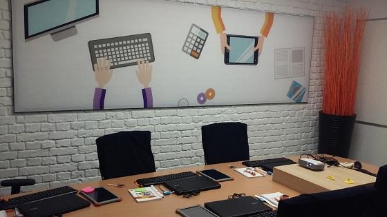 Orange amplía su programa EDYTA con 15 aulas digitales.