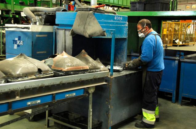 Operario en una planta de reciclaje de residuos electrónicos.