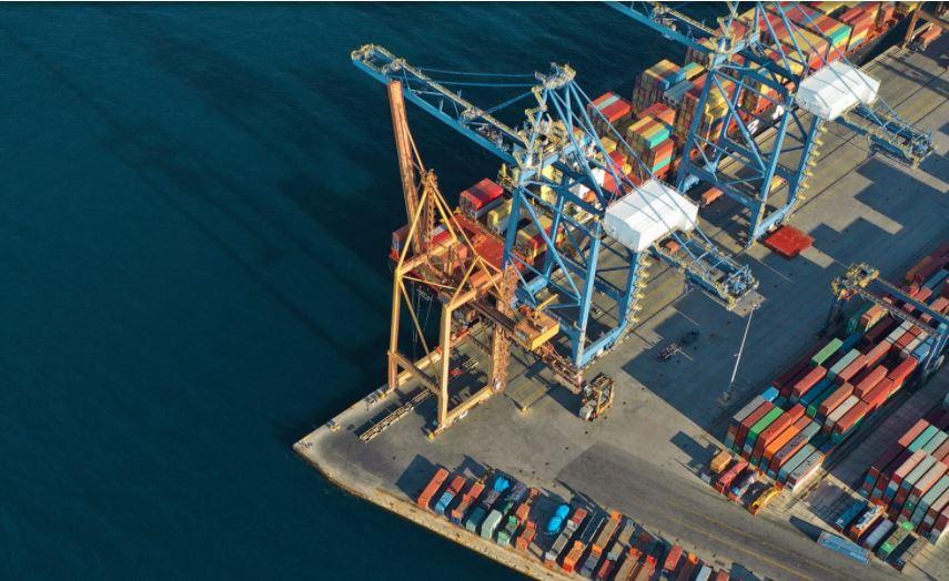 Contenedores en un puerto logístico.