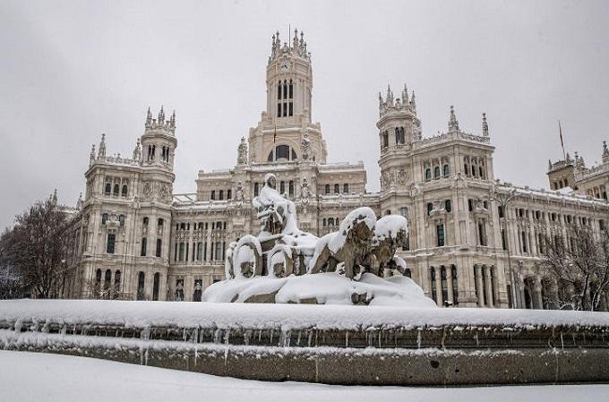 Glorieta de Cibeles nevada por tras el paso de la borrasca Filomena (Madrid).