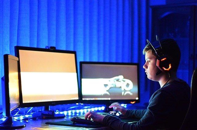 Un adolescente juega con un ordenador.