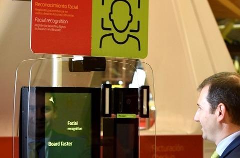 Reconocimiento fácil en el Aeropuerto de Barajas por biometría móvil contactless.