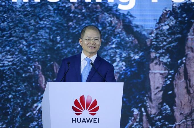 Eric Xu, presidente rotatorio de Huawei, pronuncia un discurso en la 18ª Cumbre Mundial de Analistas