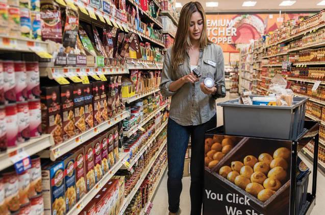 Una dependienta de un supermercado usa un escáner de Zebra.